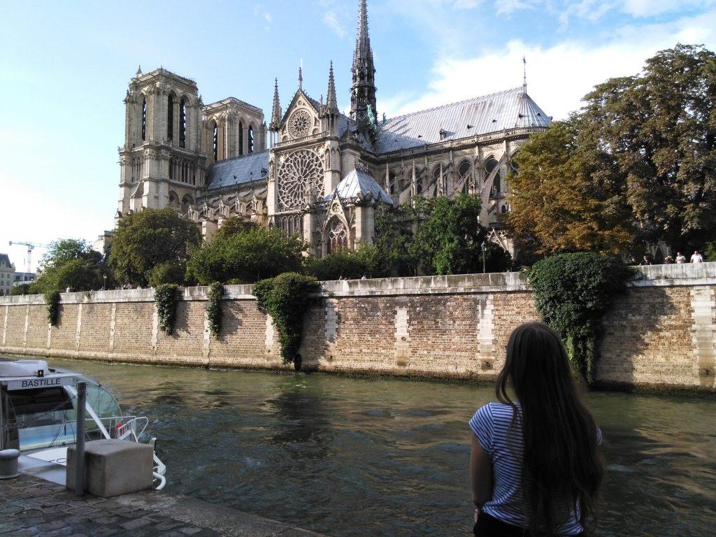 Pohled na Notre Dame od řeky s postavou v popředí